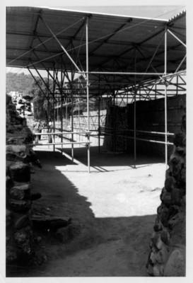 Colocación del techo para la protección del Coatepantli de Tula