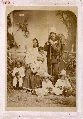Familia indígena en estudio fotográfico