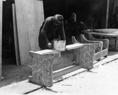 """Carpintero elabora muebles con """"parket"""""""