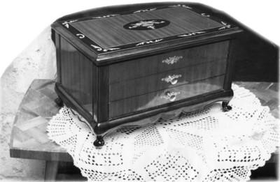 """Alhajero y carpeta sobre una mesa de """"parket"""""""