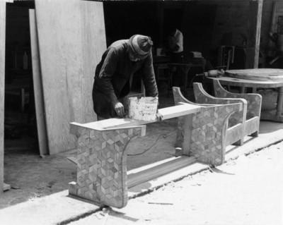 """Carpintero elabora muebles de """"parket"""""""