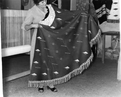 Mujer muestra una capa