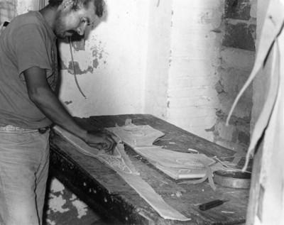 Hombre elabora una chaparrera de piel