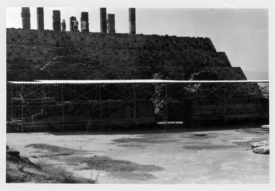 Vista general del techo de protección sobre el Coatepantli, y panorámica del edificio B
