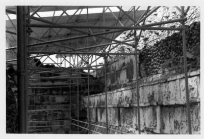 Estructuras del techo colocado entre el edificio B y el Palacio de Quetzalcóat, para protección del Coatepantlil en Tula