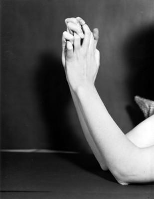 Manos de bailarina con dedos entrelazados