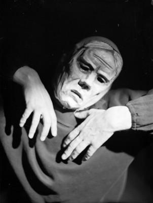 Bailarín con máscara en la representación Ballet manos y piernas