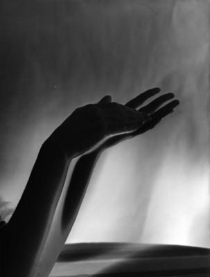 Manos de bailarina, fondo claro oscuro