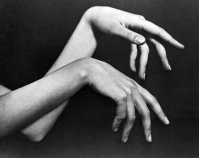 Manos flotantes de bailarina, dorsos y dedos caídos