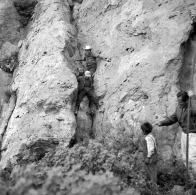 Hombres durante las exploraciones en Chalcatzingo