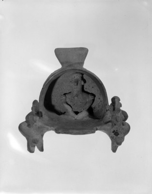Escultura de barro, escena de un personaje cargado sobre un palanquín