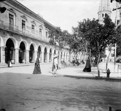 Gente en la Plaza de Armas de Guadalajara