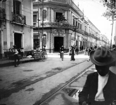 Gente en la calle Benito Juárez