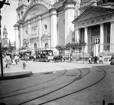 Tranvías de tracción animal frente a Catedral y Plaza de Armas