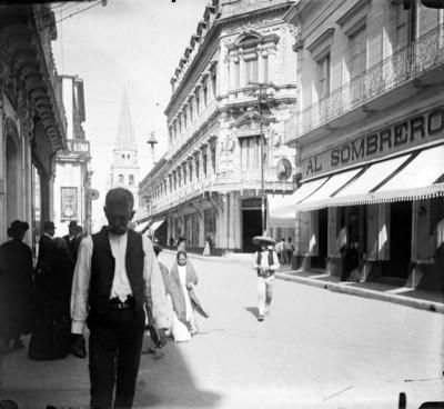 Gente pasea por avenida principal en ciudad