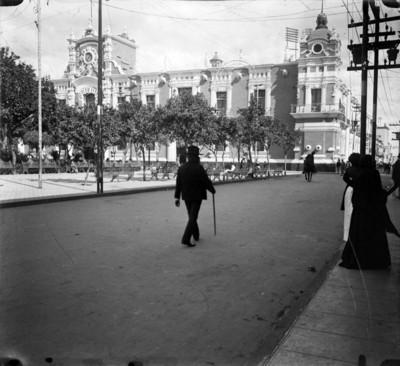 Personas pasean por la Plaza de Armas frente al Palacio de Gobierno