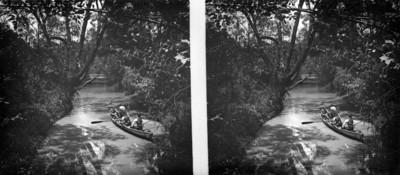 Familia abordo de una canoa, sobre el lago de Chapultepec