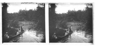 Gente abordo de canoas en el lago de Chapultepec