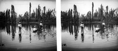 Hombres a bordo de una canoas sobre el lago de Xochimilco