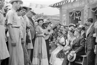 Frida Kahlo, Diego Rivera y otras personas en la inauguración de una pulquería