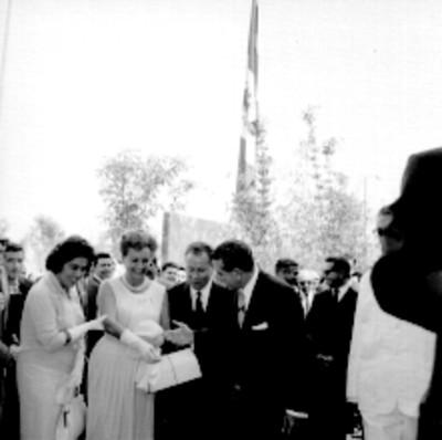 Adolfo López Mateos, Benito Coquet y otros recorriendo sala de espera de la clínica del IMSS Unidad Revolución, durante su inauguración