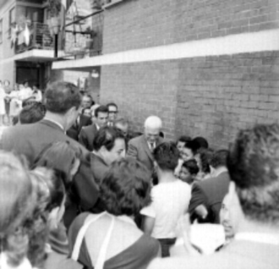 Juan Bosch, Benito Coquet y funcionarios visitando casas de Unidades del IMSS