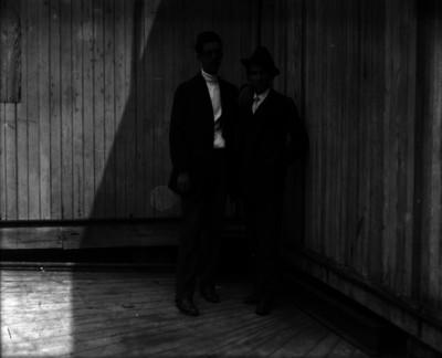 Abraham Lupercio, fotografo acompañado de Miguel Casasola, en un salón, retrato