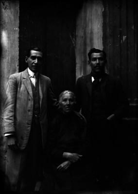 Abraham Lupercio, fotografo en compañía de su padre y madre, retrato de grupo