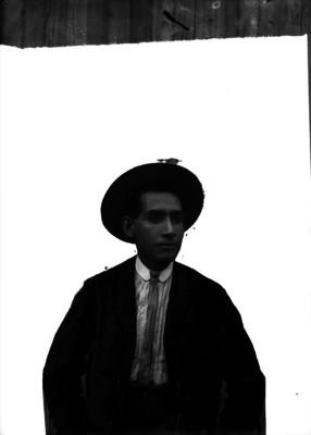Abraham Lupercio, fotógrafo vestido elegantemente, retrato