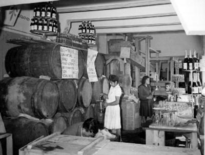 Barriles con jugos y vinos en la exposición agrícola en San Jacinto