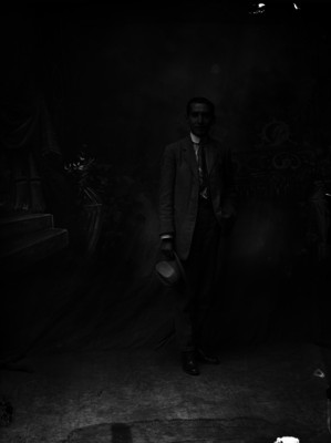 Abraham Lupercio, fotógrafo en un teatro, retrato