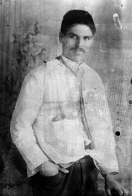 Abraham Lupercio de frente con mano en el bolsillo, retrato