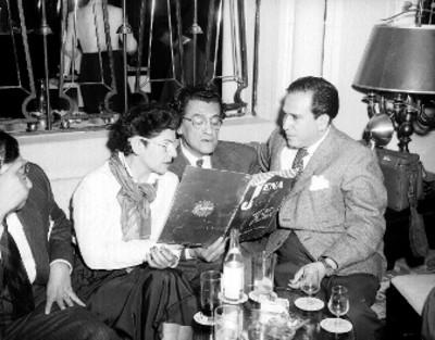 Periodistas leyendo en una sala
