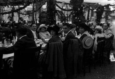 Empresarios acompañados por sus esposas, durante un banquete en la fábrica San Rafael