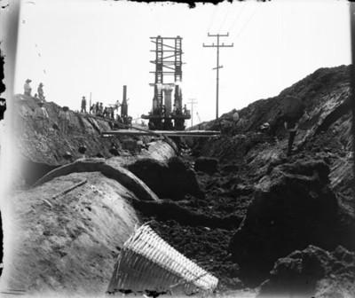 Trabajadores durante la construcción de la bomba hidráulica para el D. F