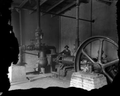 Trabajador en la estación de bombeo, durante las obras hidráulicas para el D. F