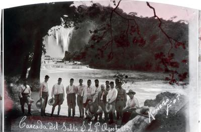 Hombres frente a la cascada y rio Santa María de la Sierra Potosina, retrato de grupo
