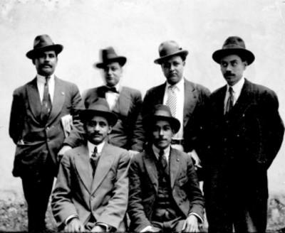 Hombres de traje, retrato de grupo