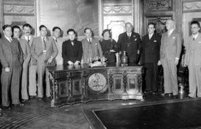 Juez y funcionarios en una oficina del Tribunal Superior de Justicia, retrato de grupo