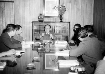 Alfonso Caso y otros funcionarios durante una reunión en una oficina