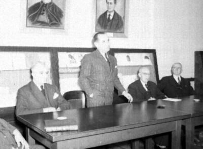 Ignacio Marquina Berredo pronunciando discurso en un presídium durante una ceremonia