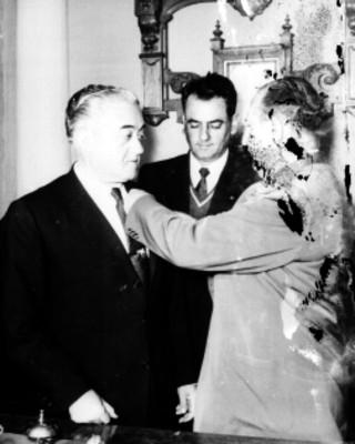 Morales condecorado por un hombre durante una ceremonia en el tribunal