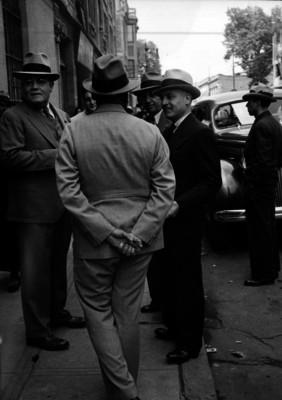 Gildardo Magaña con funcionarios conversando en una acera