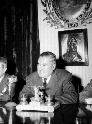 Emilio Portes Gil durante una conferencia, haciendo uso de la palabra