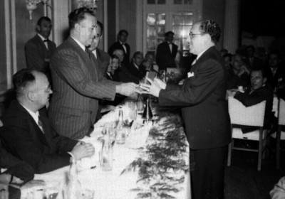 Antonio Ruíz Galindo recibiendo condecoración durante un banquete