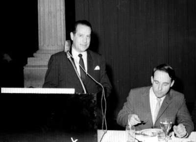 Antonio Ruíz Galindo pronunciando un discurso en un banquete con empresarios