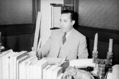 Antonio Ruíz Galindo en su oficina