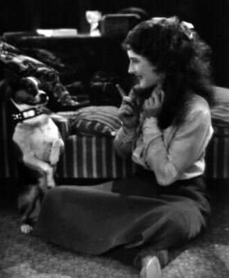 Mujer sentada en el suelo junto a un perro