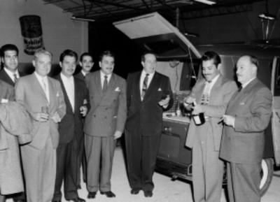 Empresarios bebiendo durante la inauguración de la organización Mexicana Automotriz