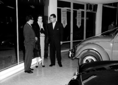 Empresarios conversando durante la inauguración de la organización Mexicana Automotriz